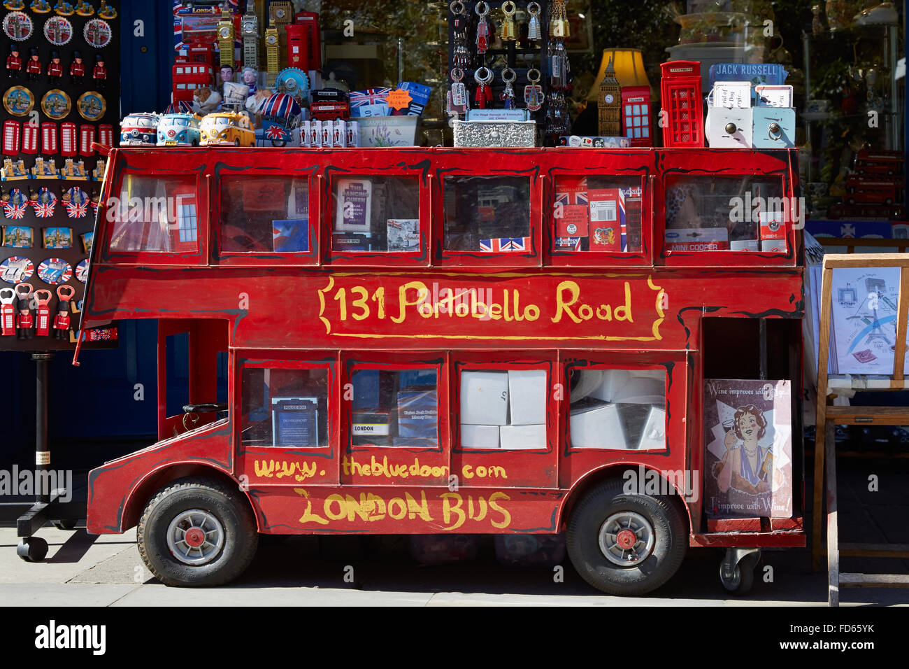 Portobello Road negozio di souvenir con red London bus model a Londra Immagini Stock