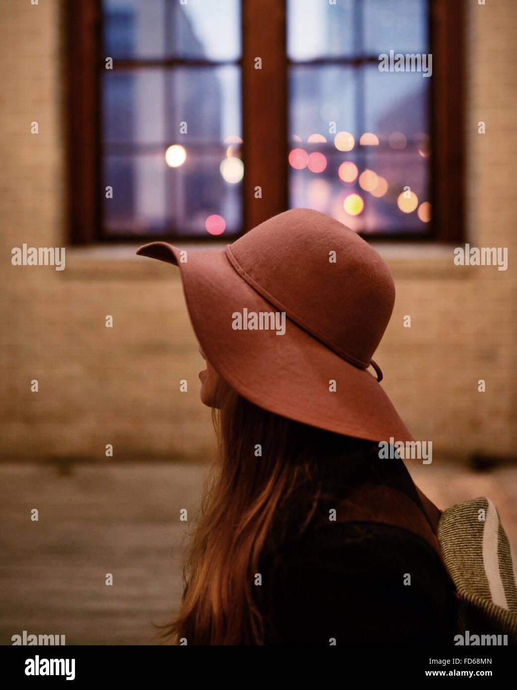 In primo piano di una donna che indossa Hat Immagini Stock