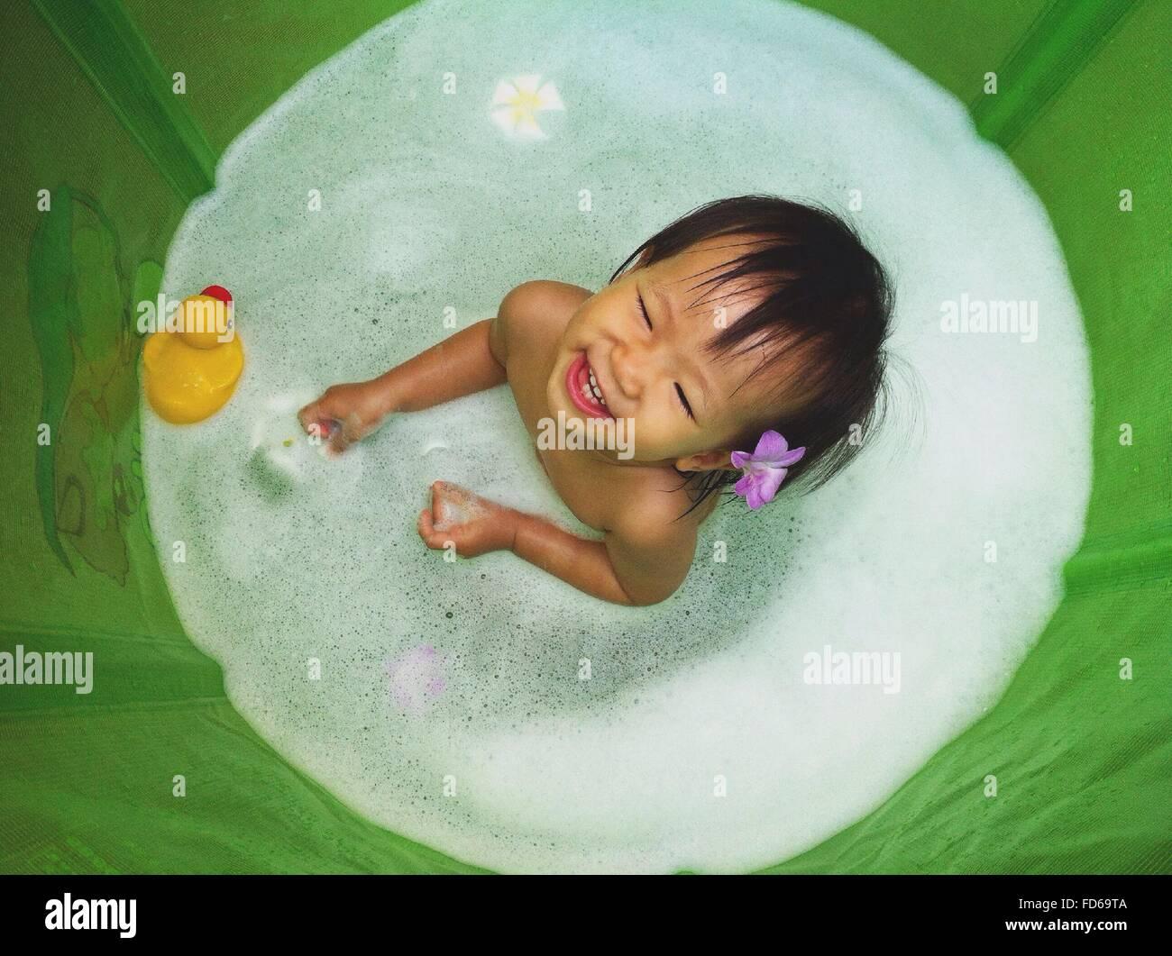 Angolo di Alta Vista di una bella ragazza in vasca da bagno Foto Stock
