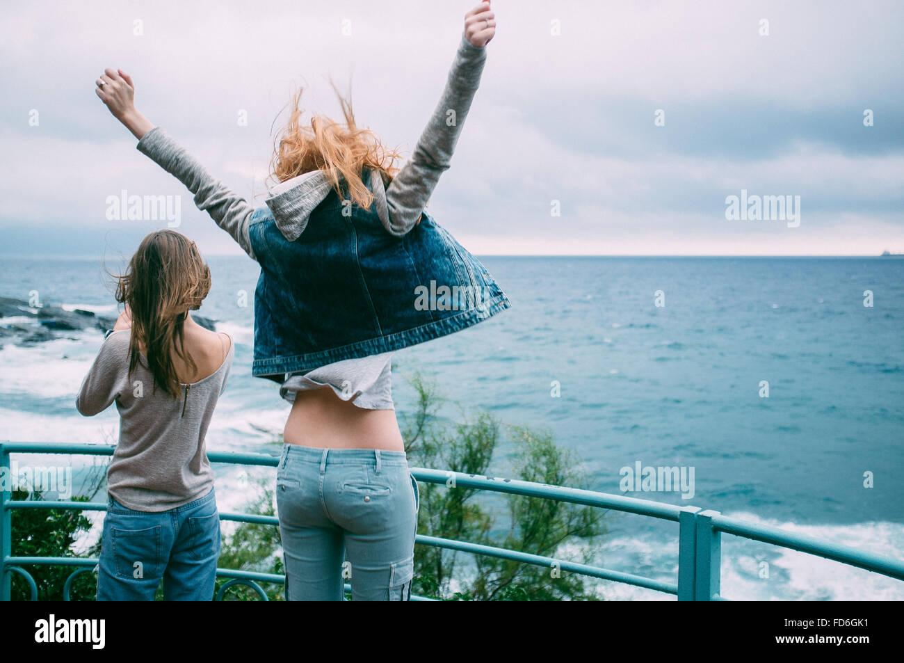 Due giovani donne sul lungomare Immagini Stock
