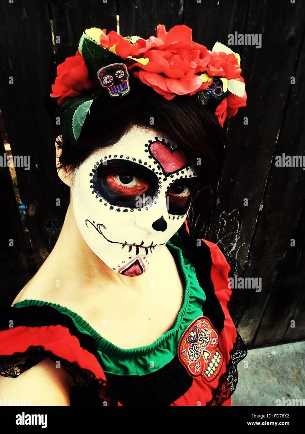 Close-Up Ritratto di giovane donna in costume di Halloween all'aperto Immagini Stock