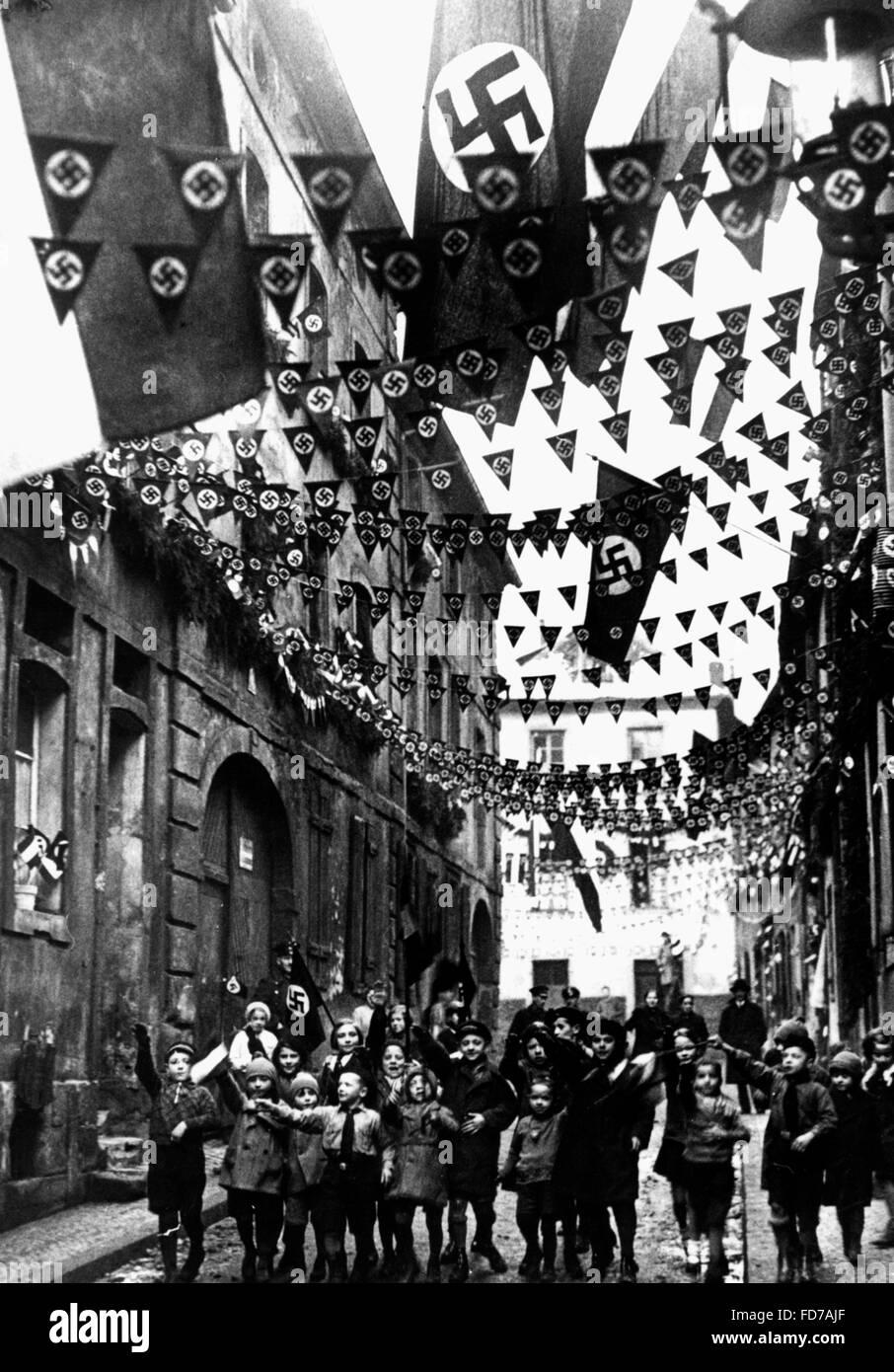 Street adornata con bandiere con la svastica Immagini Stock