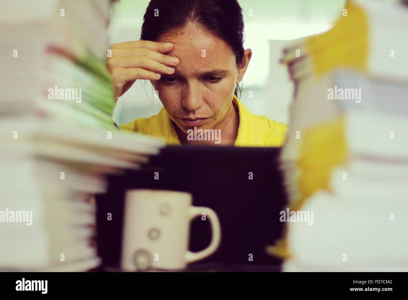 Donna stressante lavoro in ufficio Foto Stock