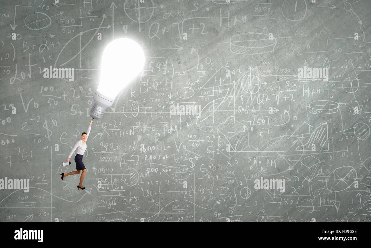 Business Woman è volare lontano sulla luce brillante lampadina Immagini Stock