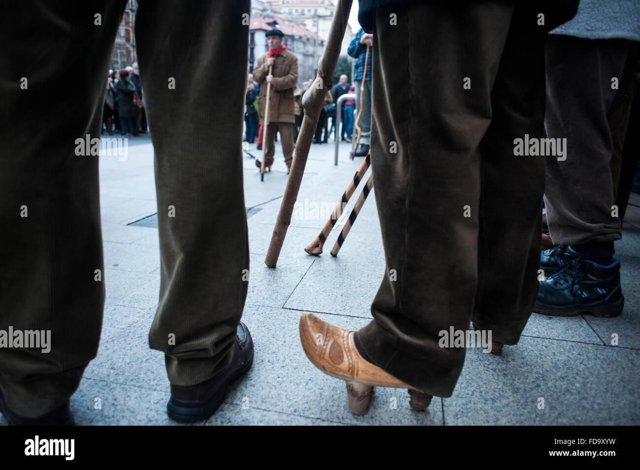 Alcuni marceros sono scarpe con zoccoli di legno è la calzatura tradizionale dei popoli di Cantabria Immagini Stock