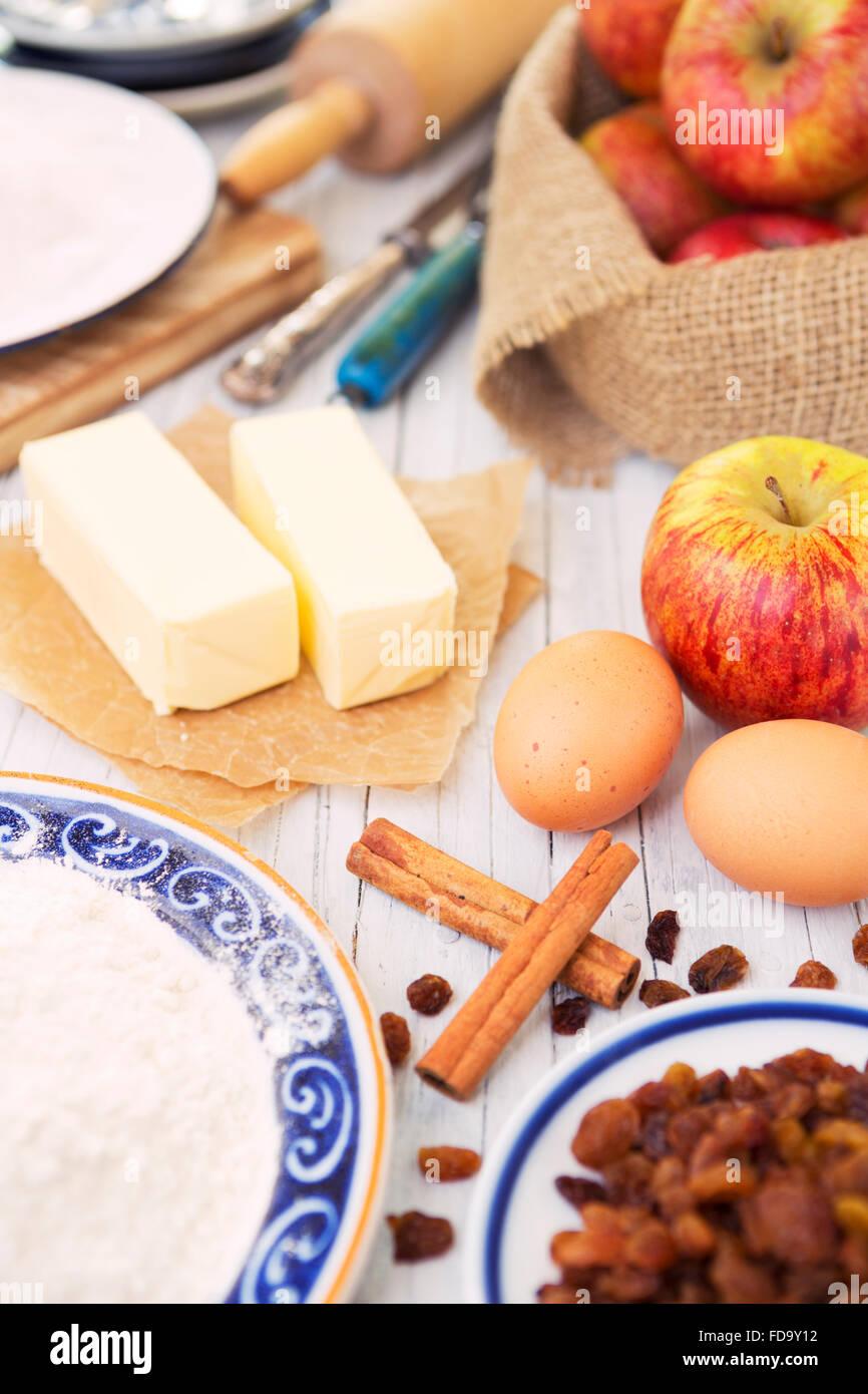 Ingredienti per una fetta di torta di mele su un tavolo rustico. Foto Stock