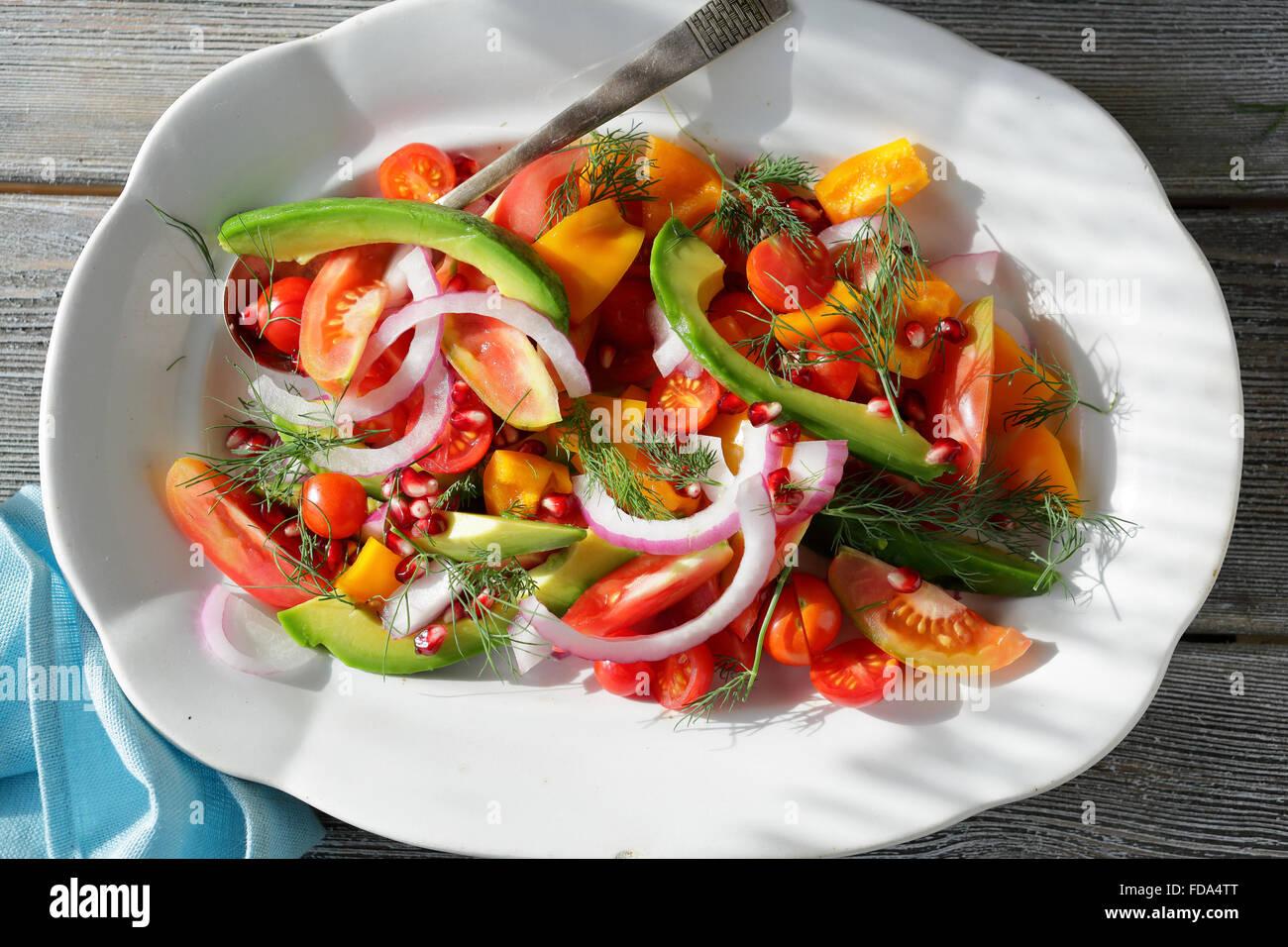 Pomodoro e insalata di paprika sulla piastra Immagini Stock