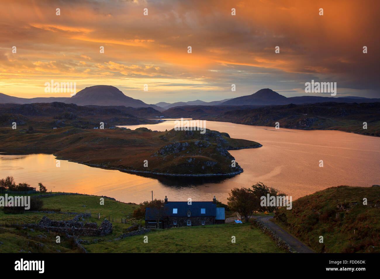 Loch Inchard vicino Kinlochbervie nel Nord Ovest Highlands della Scozia catturata a sunrise. Foto Stock