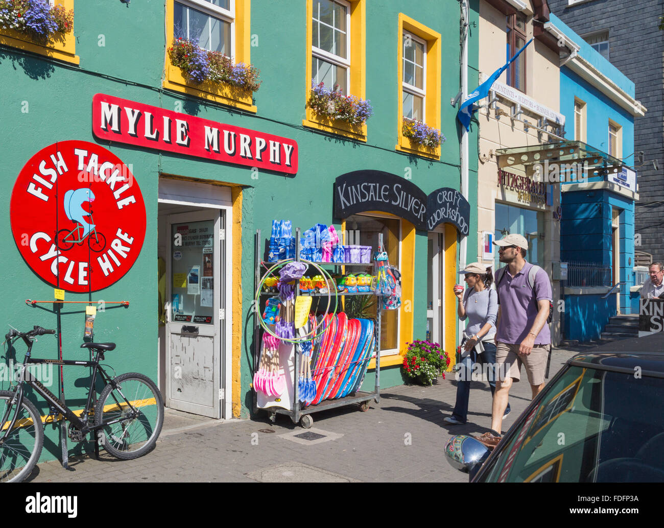 Kinsale, West Cork, nella contea di Cork, Repubblica di Irlanda. Eire. Scena di strada dimostrando i tipici colori Immagini Stock