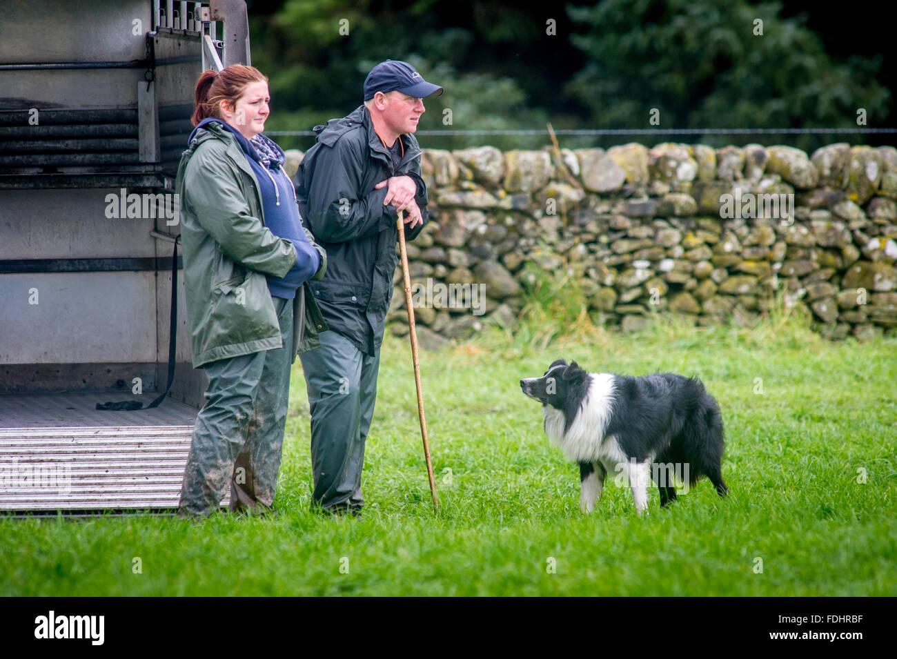 Border Collie e il suo Pastore presso l'International Sheep Dog prove a Moffat, Scotland, Regno Unito. Immagini Stock