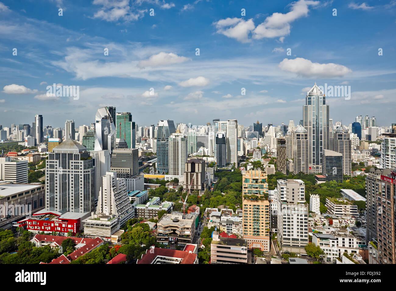 Vista in elevazione dei moderni edifici ad alta nella parte centrale di Bangkok, Tailandia. Immagini Stock