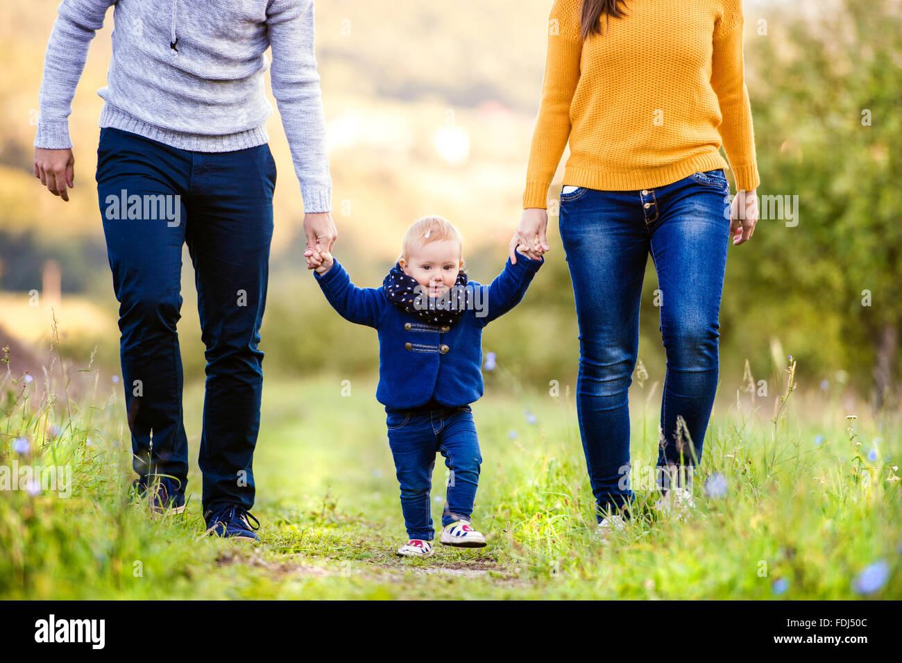 La famiglia felice in natura Immagini Stock