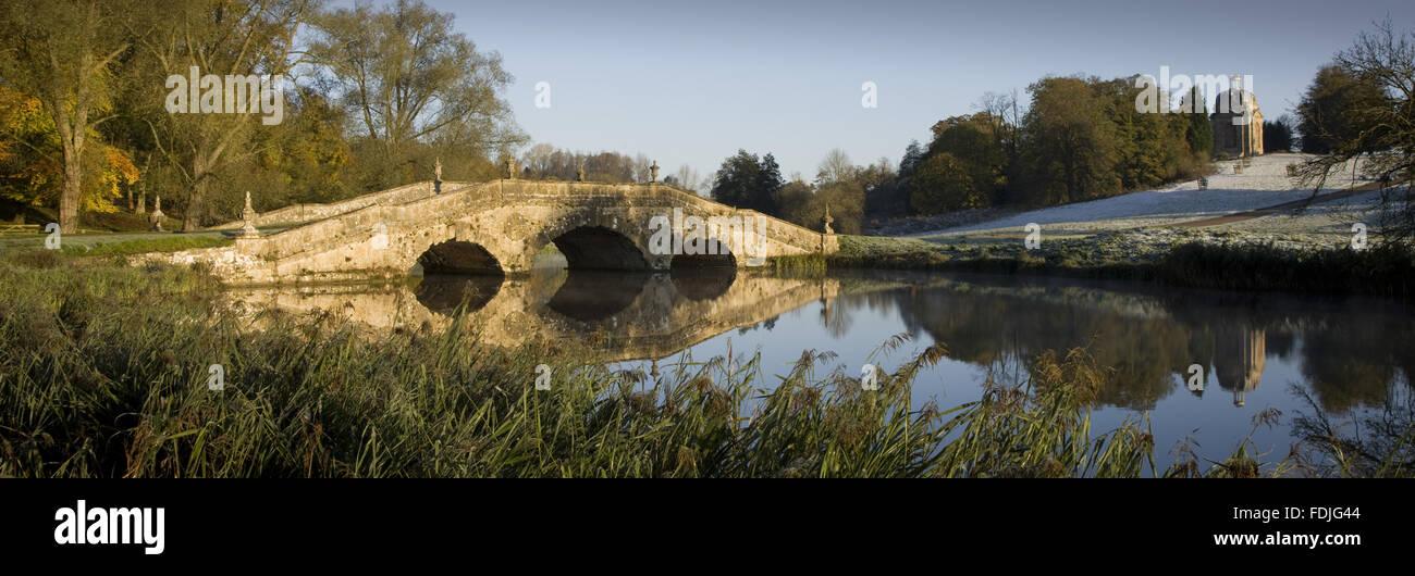 Vista panoramica del Ponte di Oxford su un gelido giorno a Stowe giardini paesaggistici, Buckinghamshire. Immagini Stock