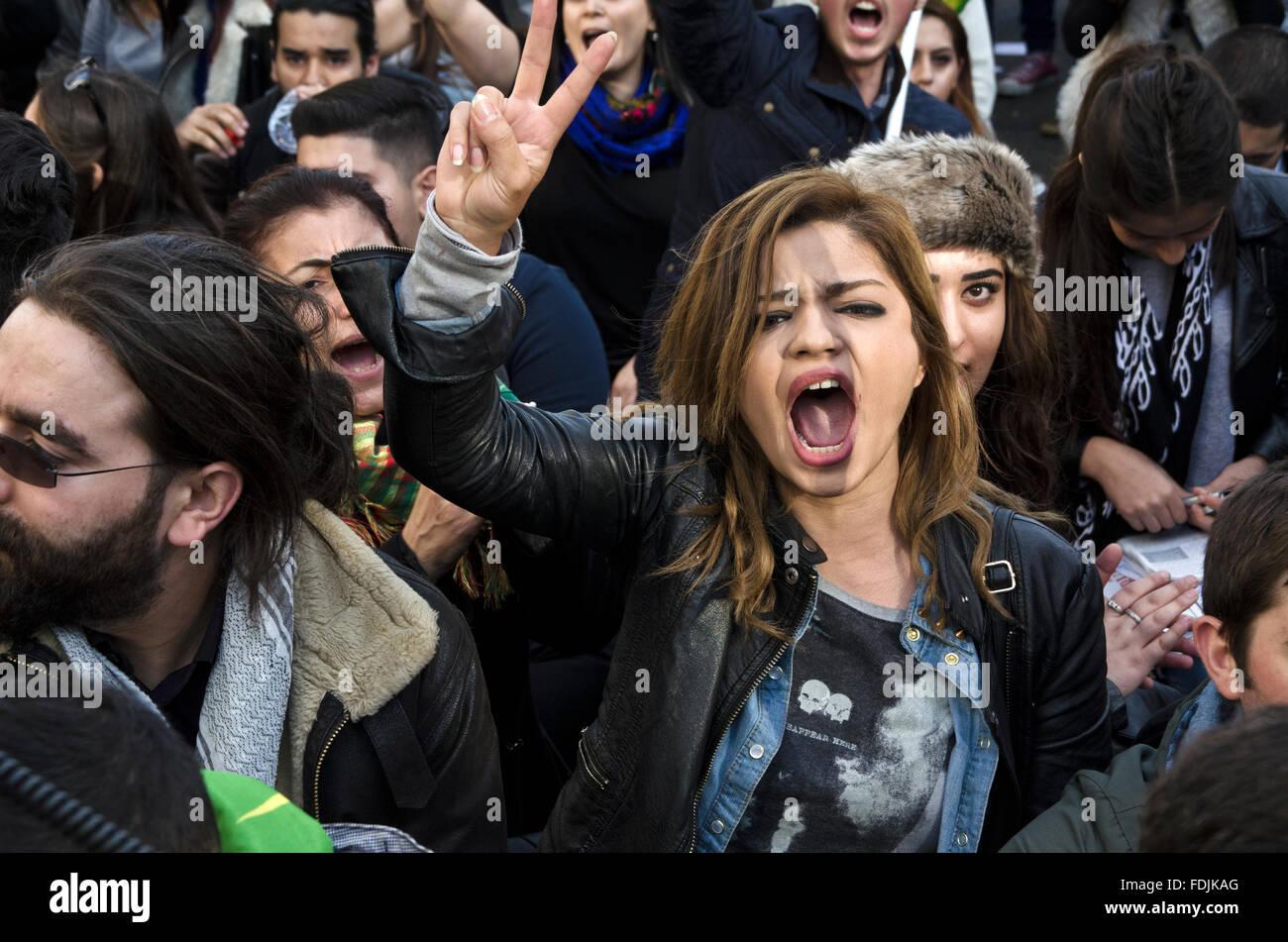 Femmina manifestante curdo gridare fuori durante le proteste Kobane a Londra Immagini Stock
