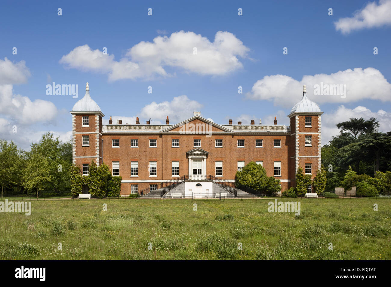 Il West o il giardino antistante la casa con scale curve a Osterley, Middlesex. La casa era originariamente Elizabethan, e rimaneggiata nel 1760 - 80 da Robert Adam. Foto Stock