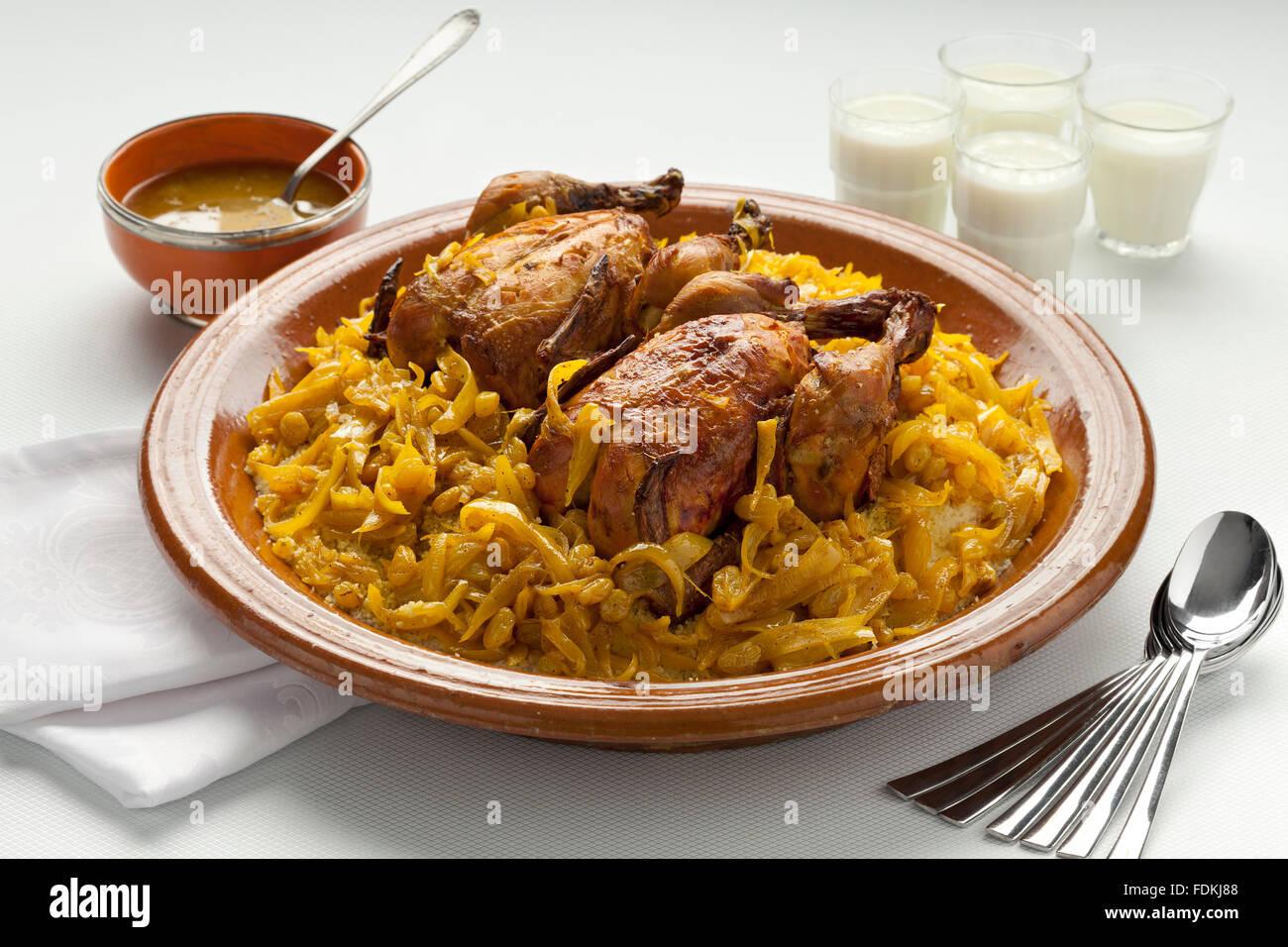 Il cous cous Tfaya, couscous marocchino con il pollo e le cipolle caramellate, mandorle Immagini Stock