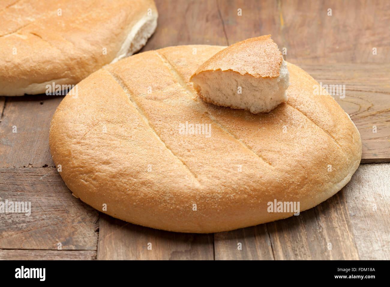 Fresca pane marocchino sul tavolo Foto Stock