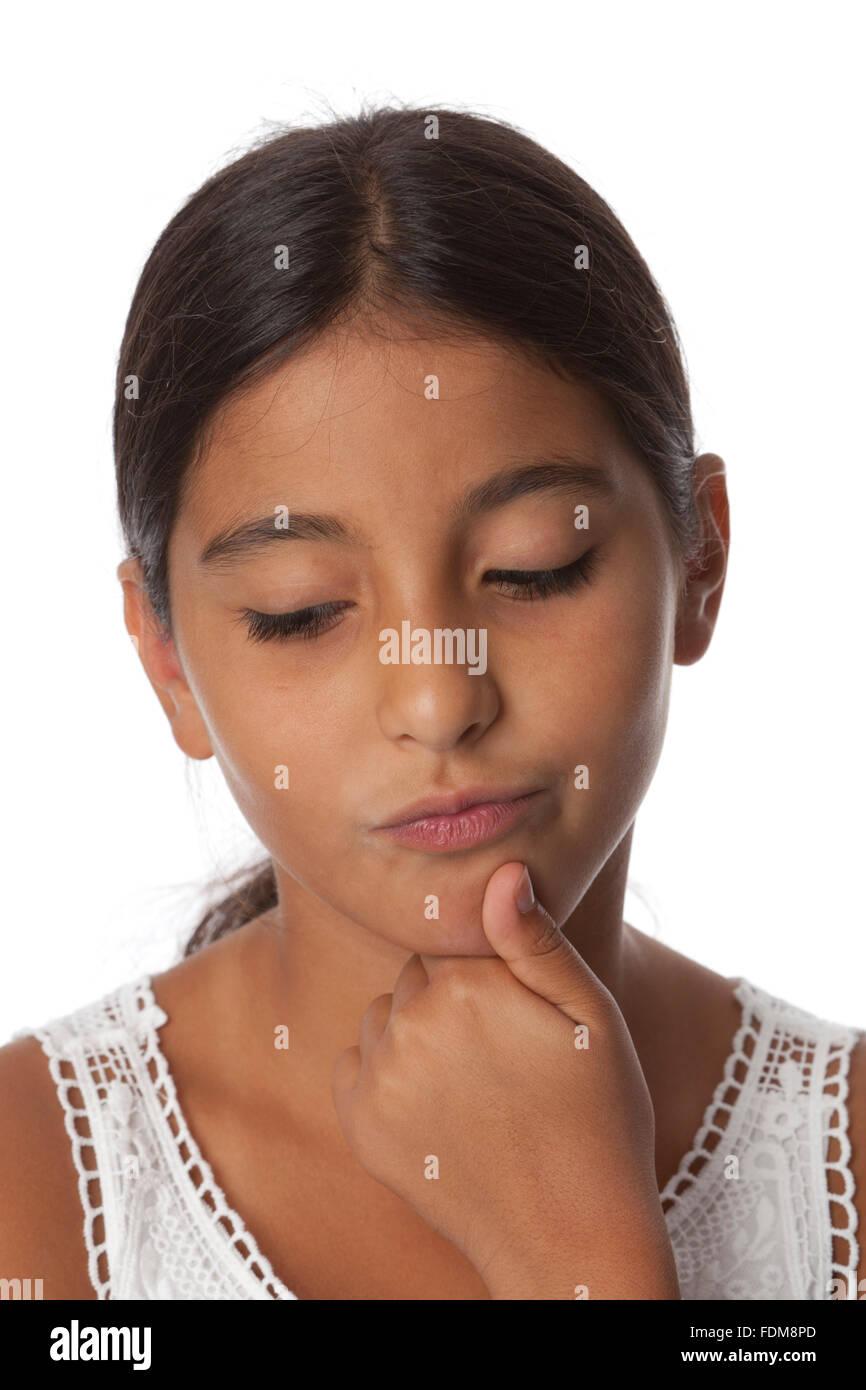 Giovani incerta ragazza adolescente, ritratto su sfondo bianco Immagini Stock