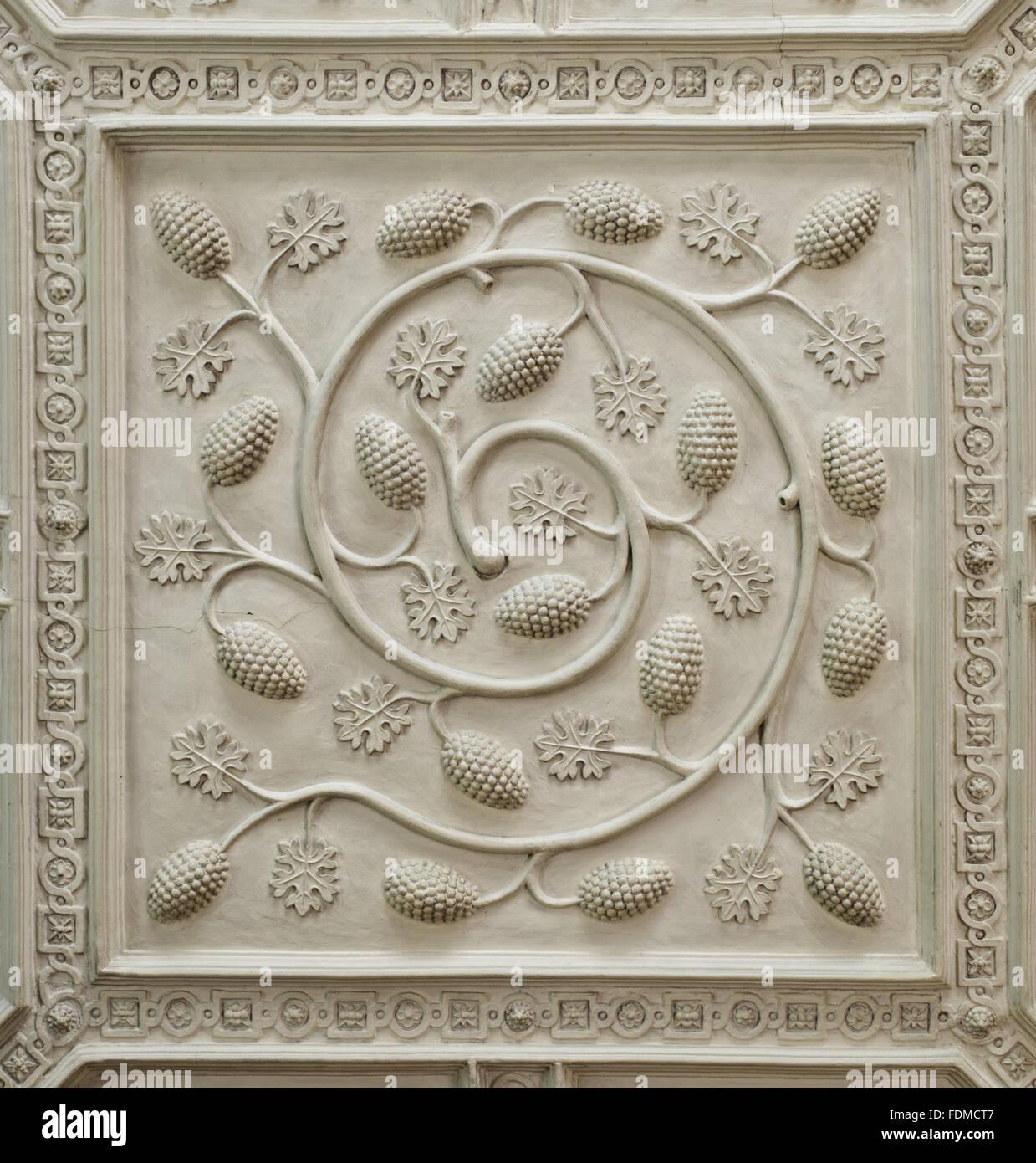 Dettaglio della sezione centrale del soffitto in gesso nella Drawing Room a Gawthorpe Hall, nel Lancashire. Il design Immagini Stock