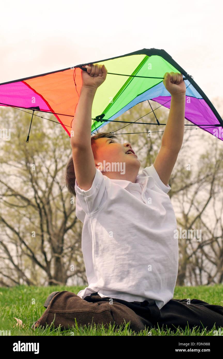 Ragazzo che guarda verso l'alto tenendo il kite Immagini Stock