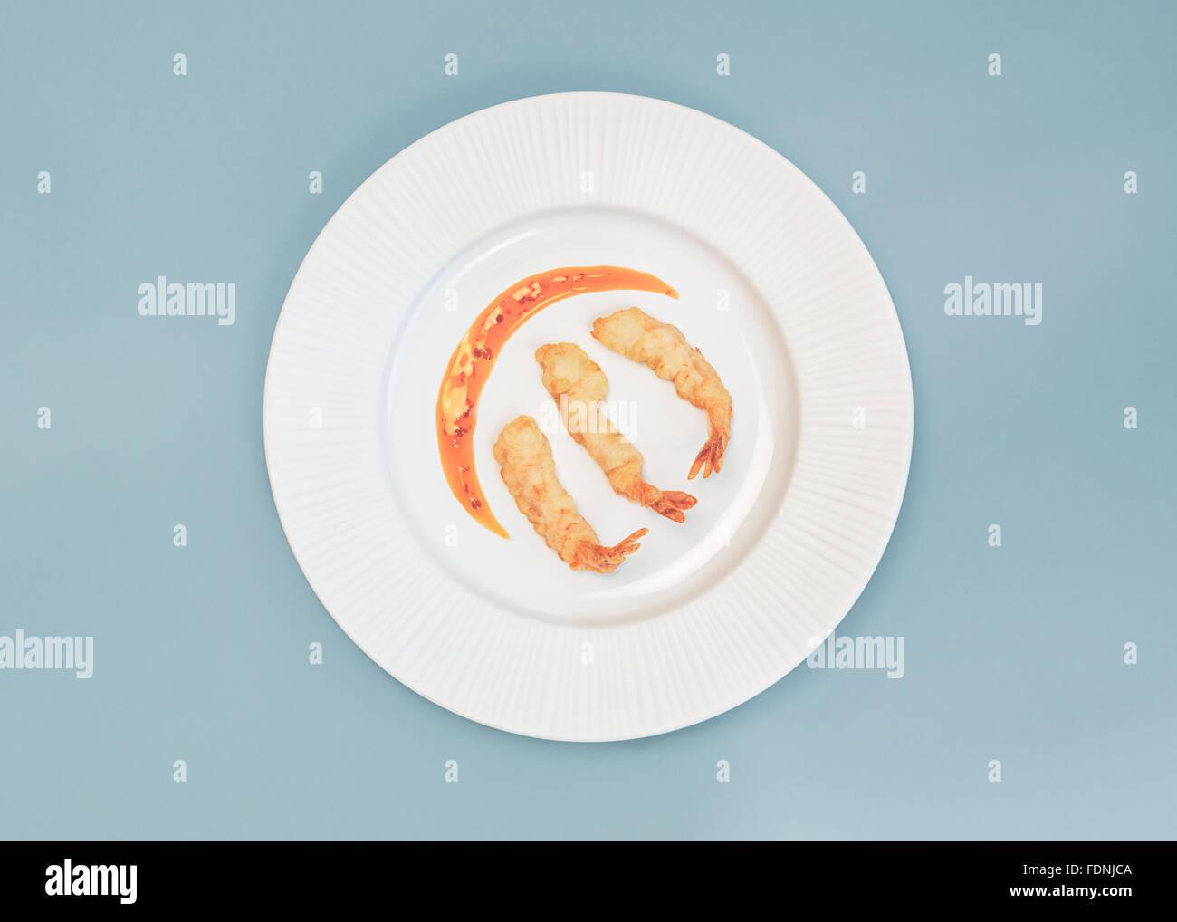 Tempura di gamberi su una piastra con peperoncino dolce salsa di immersione Immagini Stock