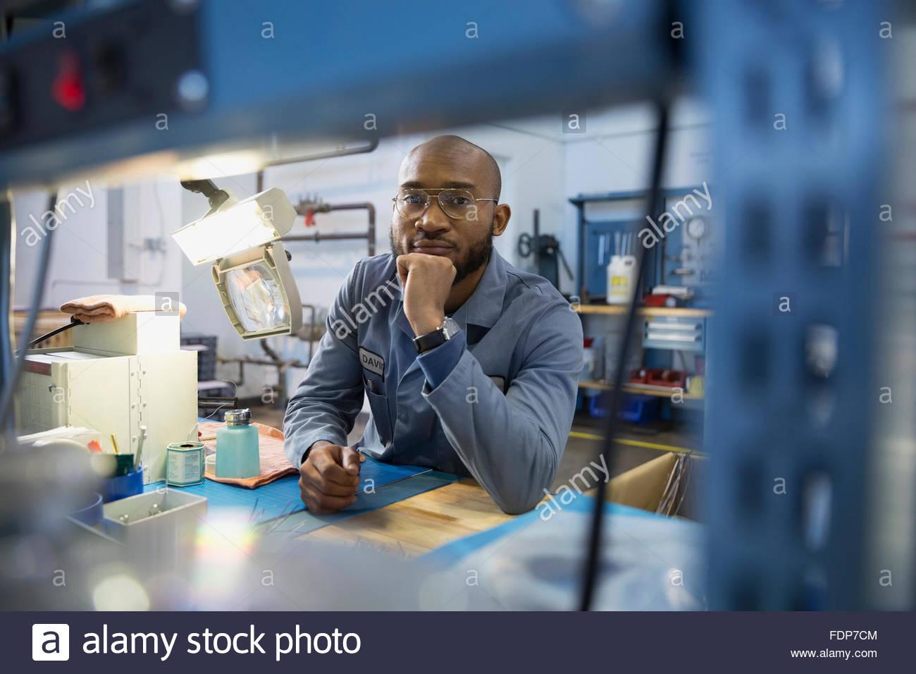 Ritratto lavoratore serio in officina in fabbrica Immagini Stock