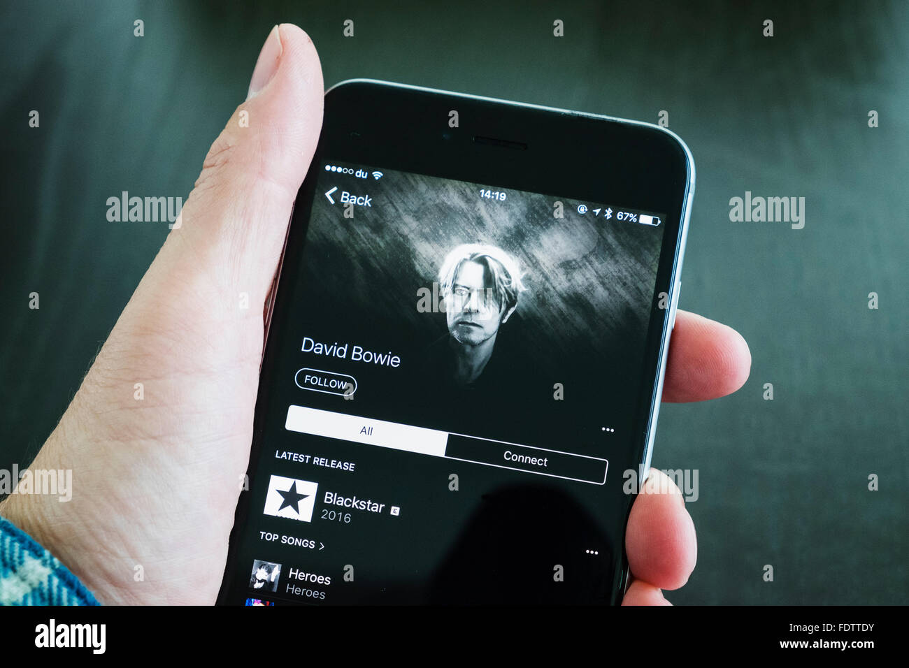 David Bowie album Backstair su Apple servizio di streaming musicale su un iPhone 6 plus smart phone Immagini Stock