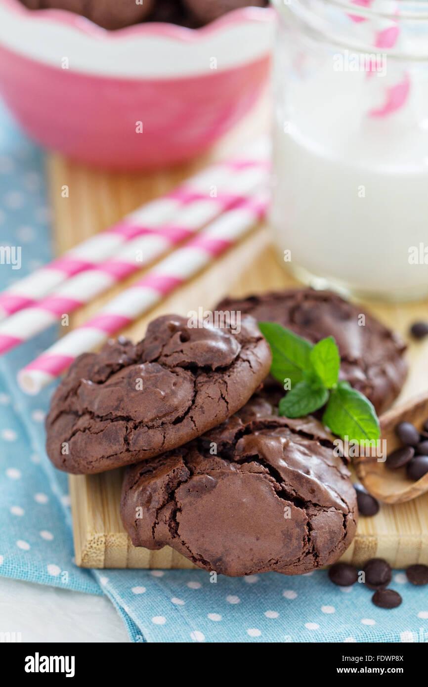 Meringa al cioccolato cookie in una ciotola con il choco scende Immagini Stock