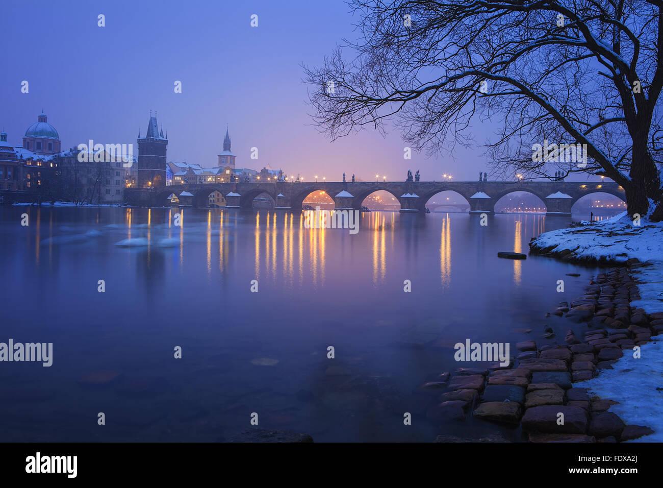 Al crepuscolo con il Charles Bridge, Praga, Repubblica Ceca Immagini Stock