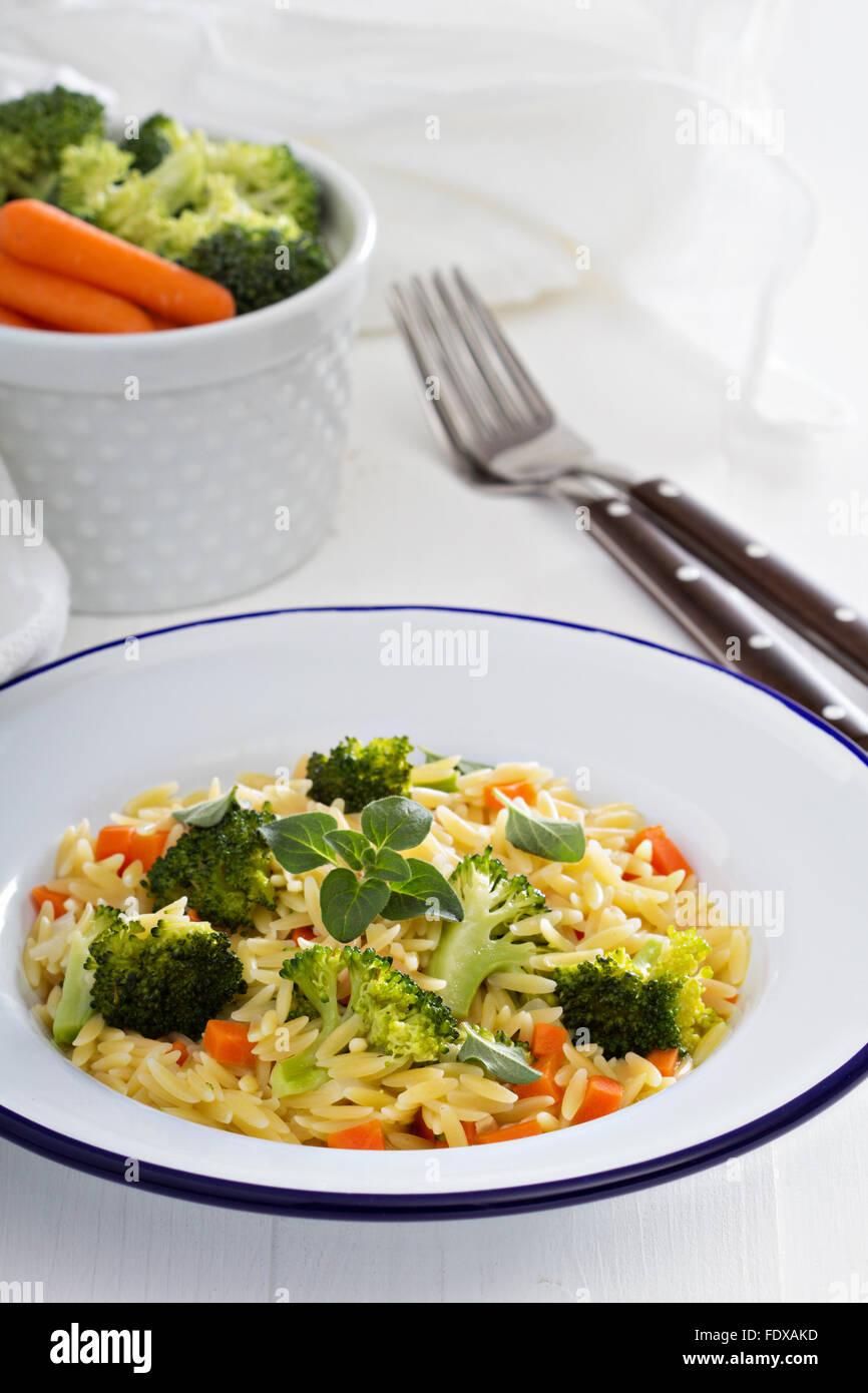 Pasta con i broccoli e carote cotte in magazzino Immagini Stock