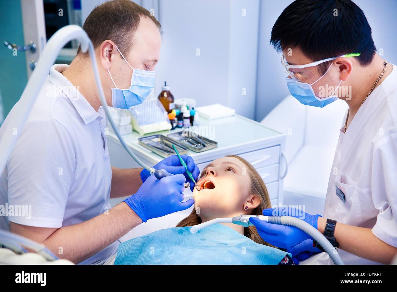 Dentista considera i denti Foto Stock