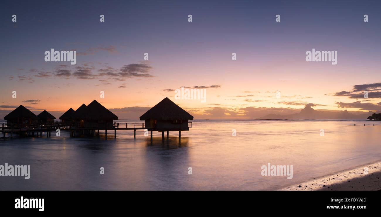 Bungalow Overwater al Le Meridien Tahiti Hotel al tramonto, Pape'ete, Tahiti, Polinesia Francese Immagini Stock