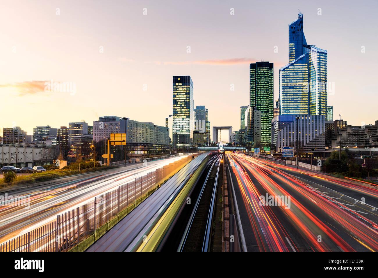 Il traffico nel quartiere La Défense di Parigi, Francia Immagini Stock