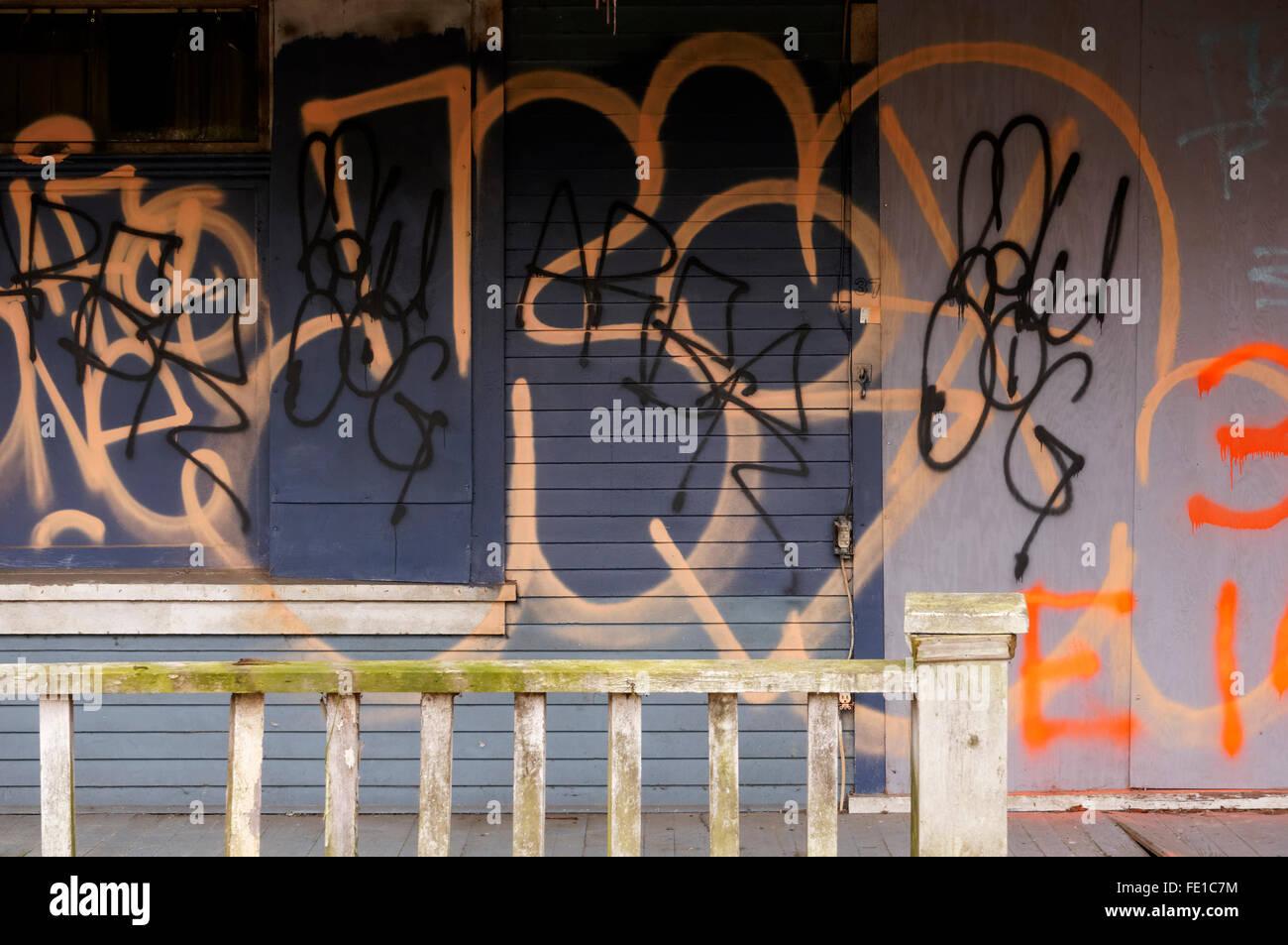 Urbano caotico i graffiti sulla facciata di una casa abbandonata a Vancouver in Canada Immagini Stock