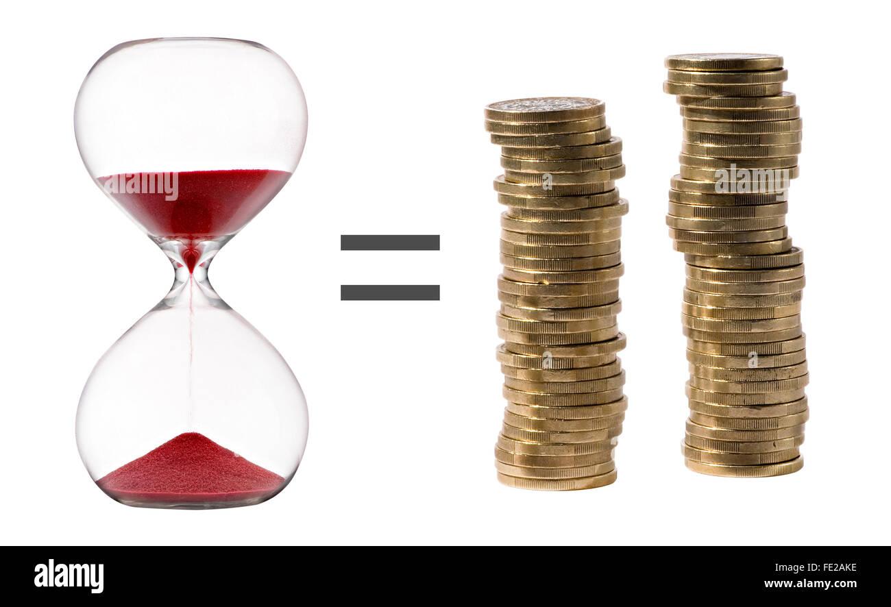 Il tempo è denaro concetto metaforico con una clessidra con sabbia rossa, un segno di uguale e due pile di Immagini Stock