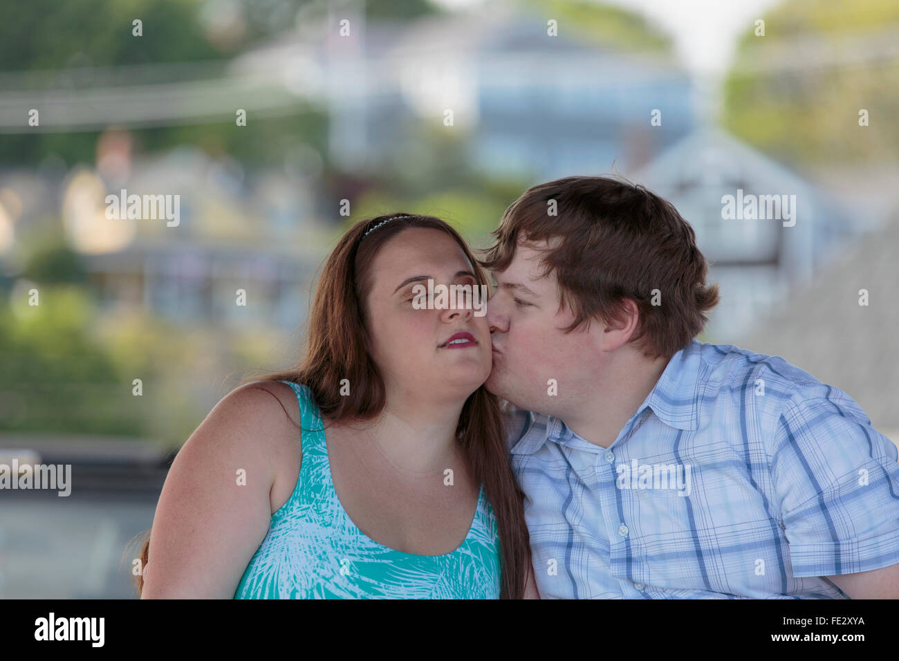 Cieco di baciare il suo fidanzato cieco Immagini Stock