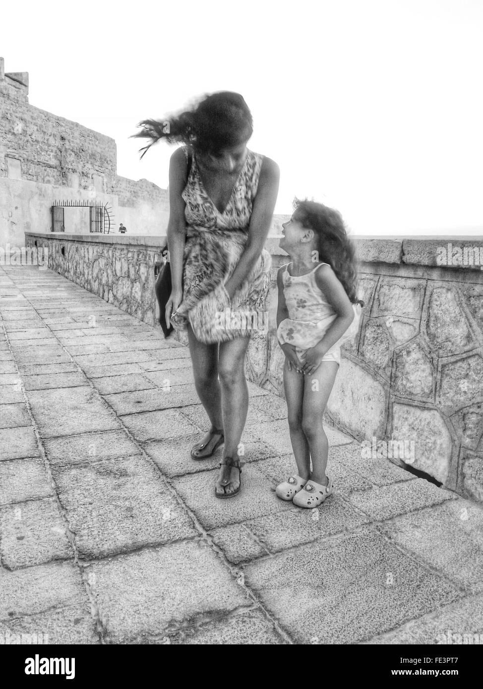 Donna e bambina sulla giornata di vento Immagini Stock