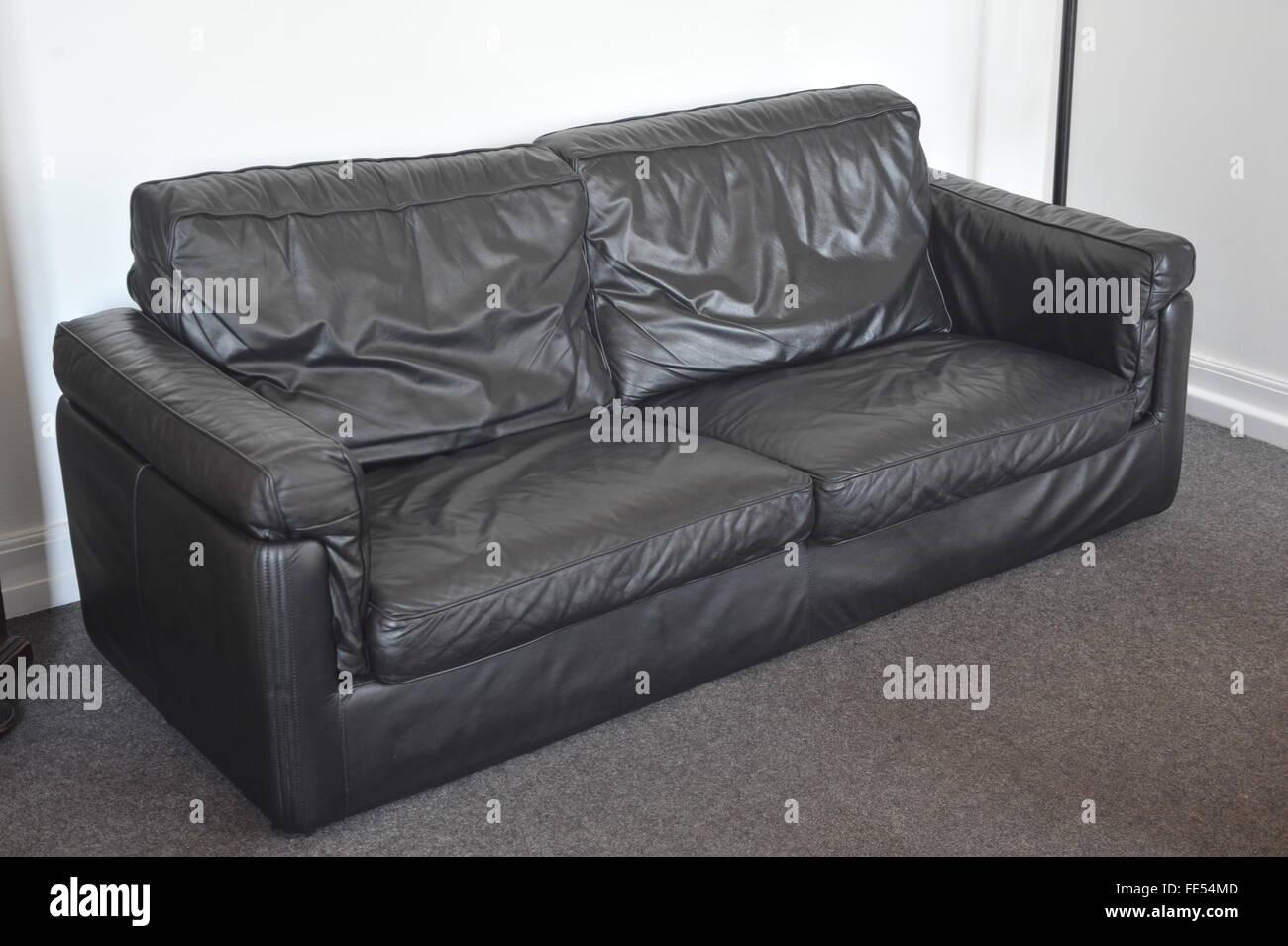 Usato divano in pelle nera, mobili, lounge Foto & Immagine Stock ...