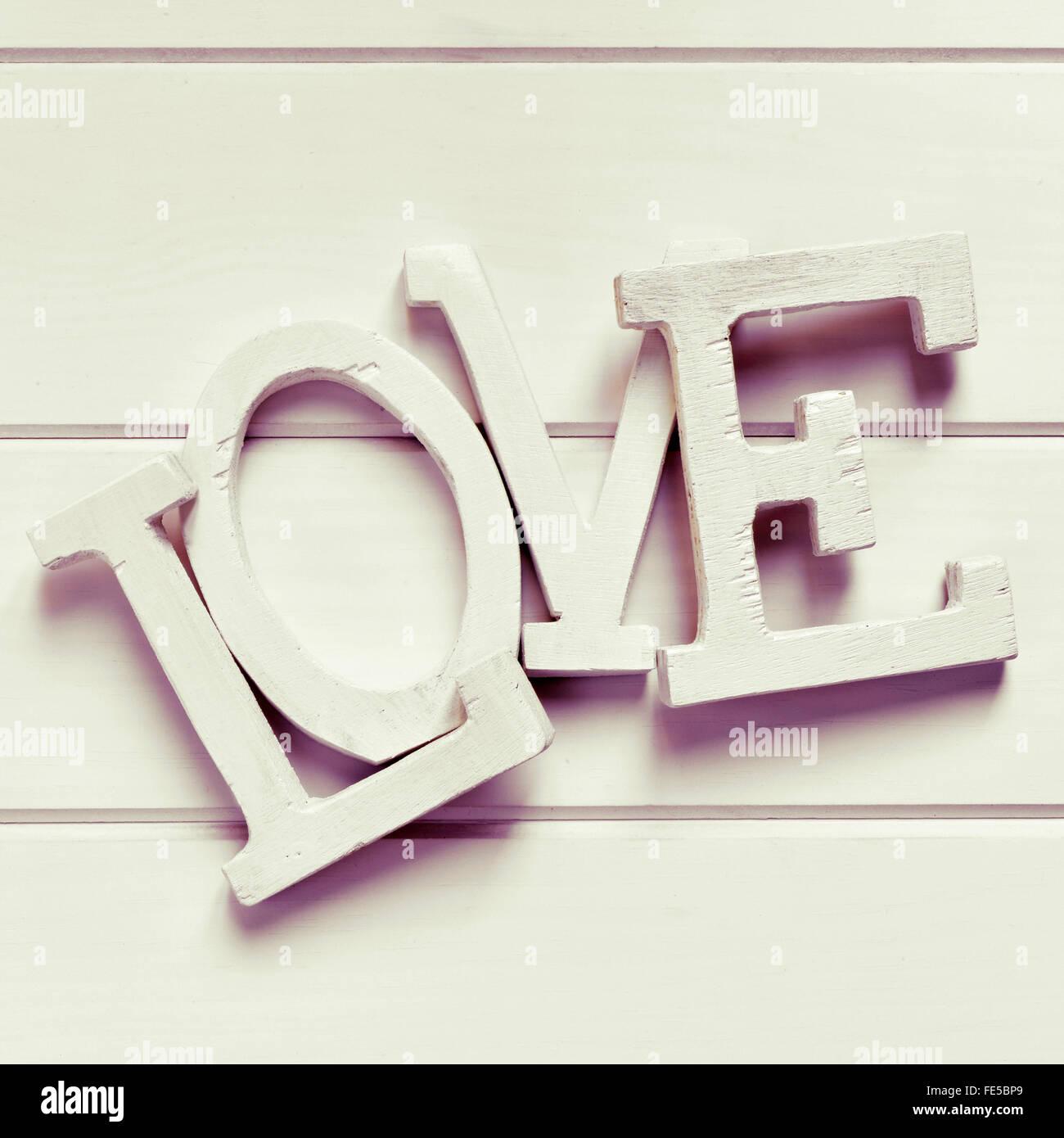 White tridimensionale di lettere che compongono la parola amore, su uno sfondo bianco, con un effetto di filtro Immagini Stock