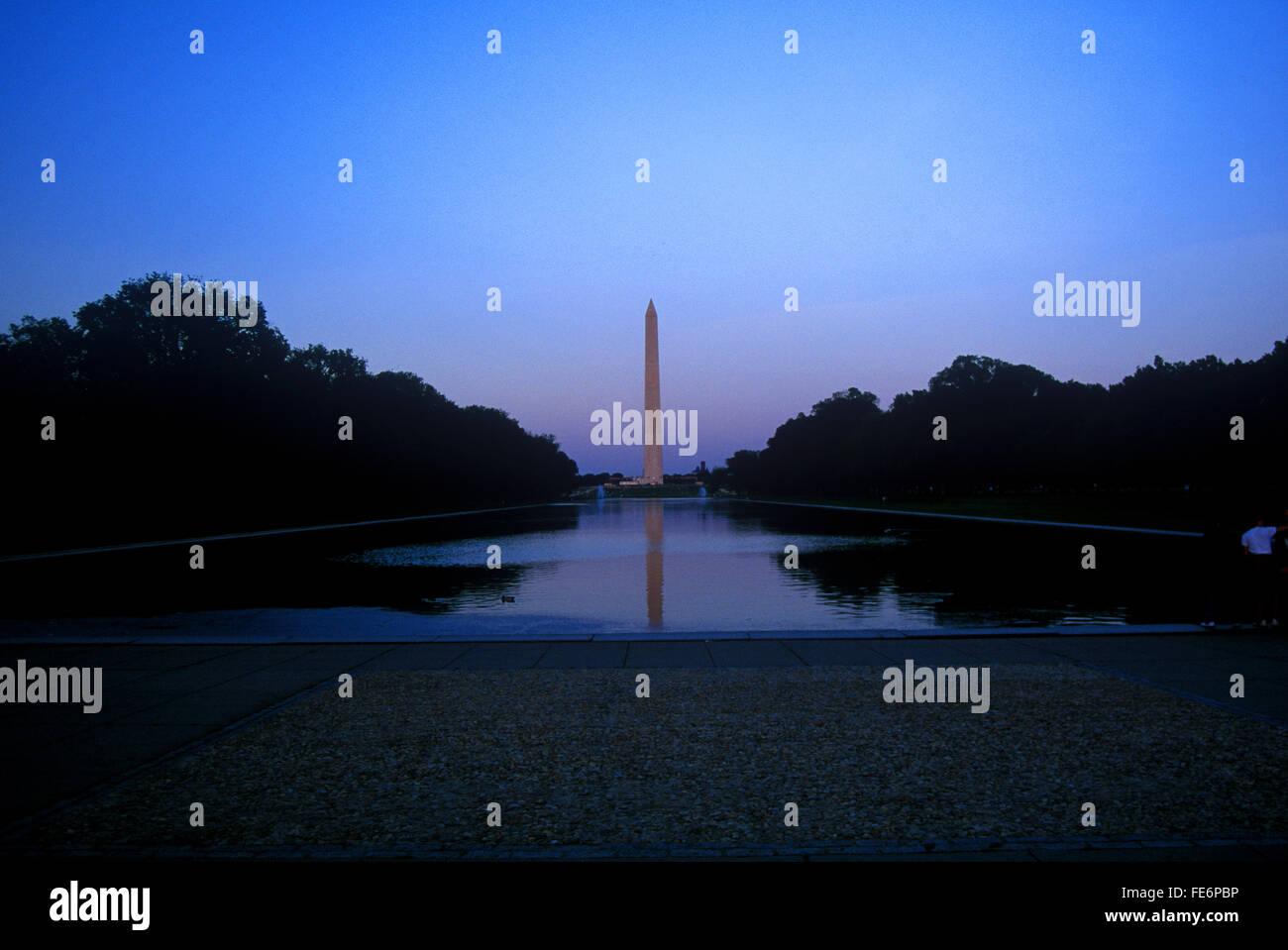 Vista in lontananza il Monumento a Washington contro il cielo chiaro al crepuscolo Immagini Stock