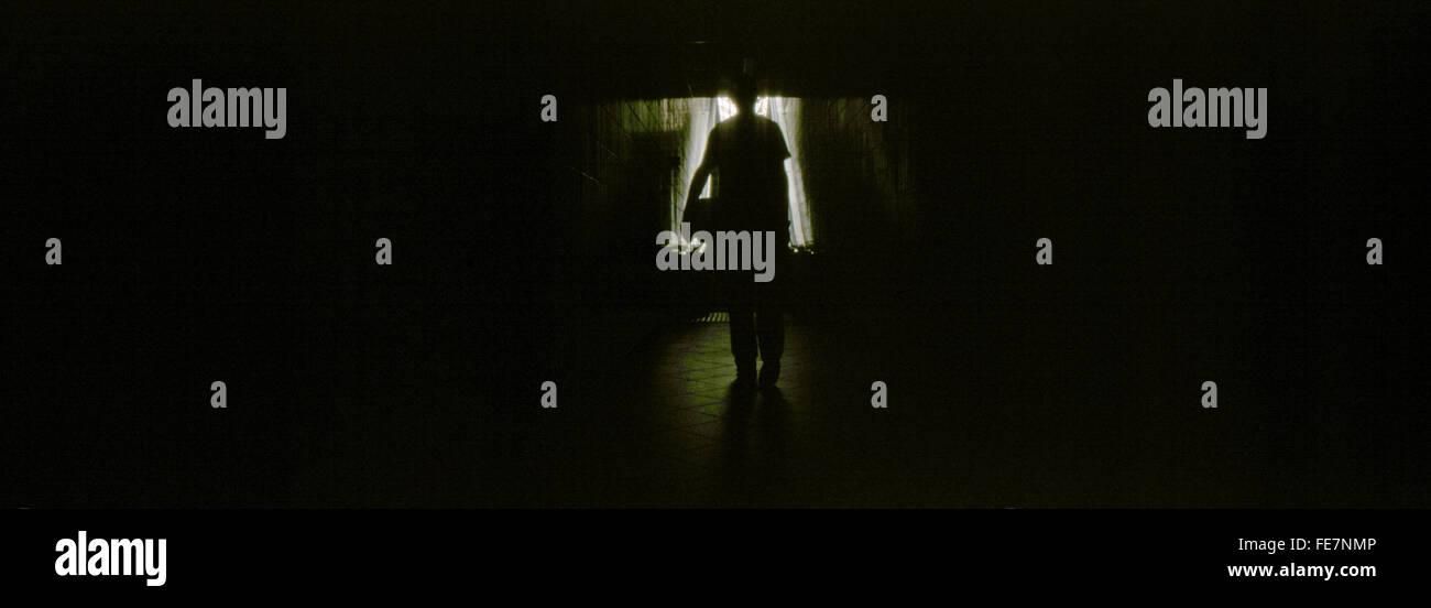Silhouette a persona in camera oscura Immagini Stock
