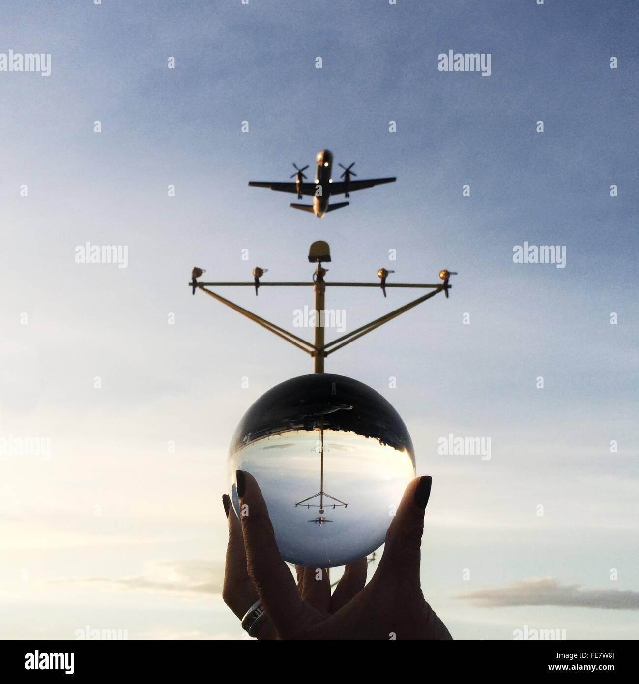 La riflessione del velivolo in una sfera di vetro Immagini Stock