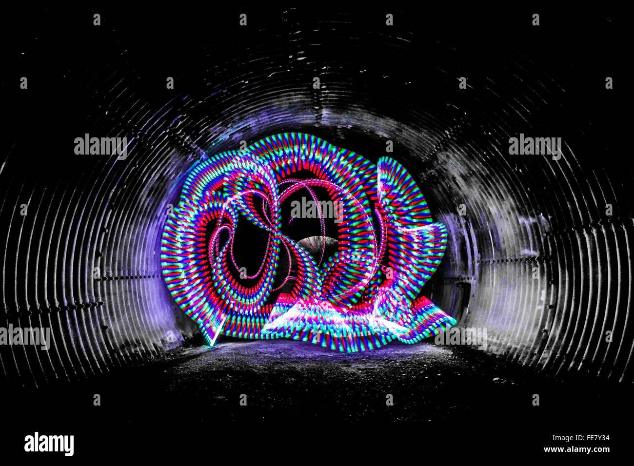 Multi colore sentieri di luce nel tunnel Immagini Stock