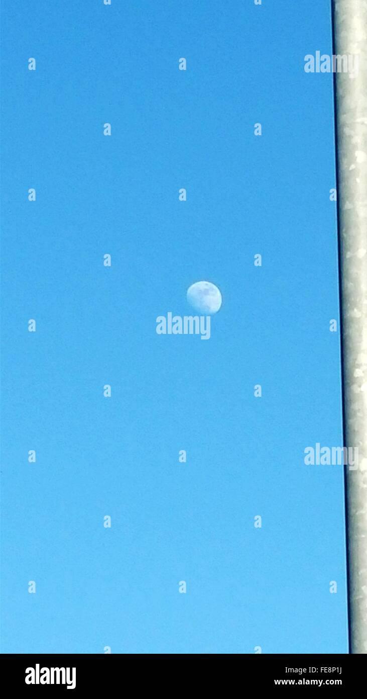 La luna nel cielo blu chiaro Foto Stock