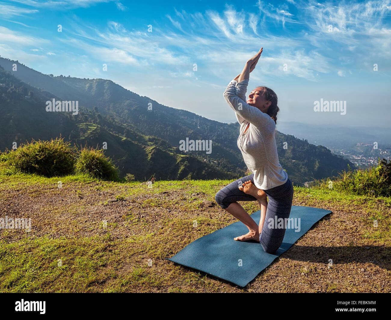Donna facendo Ashtanga Vinyasa yoga asana avanzate Immagini Stock