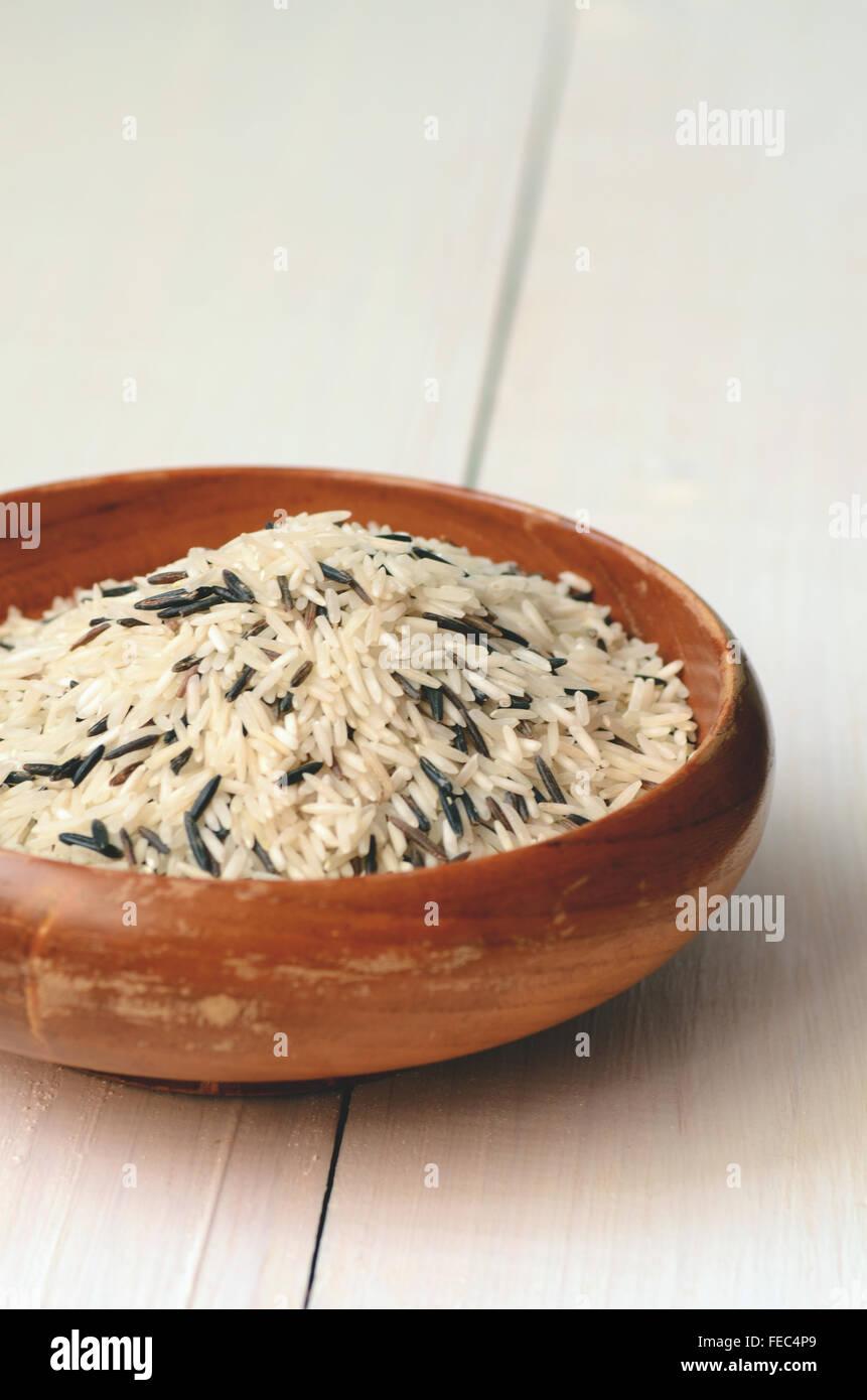 Il riso crudo (Basmati miscelato con riso selvatico) Immagini Stock