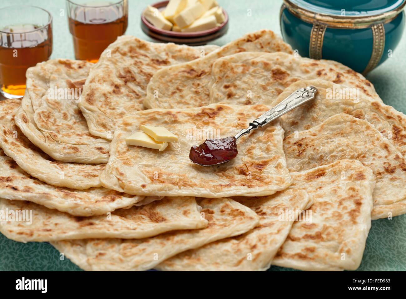 Freschi di forno piazza marocchina frittelle chiamato Rghaif o Msemen con burro e marmellata Immagini Stock