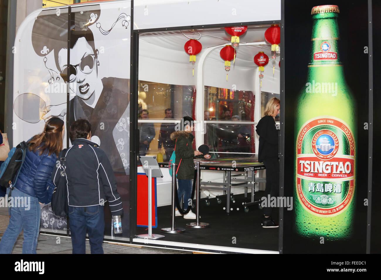 Manchester, Regno Unito. 5 febbraio, 2016. I passanti che cercano in un ping pong bar in Manchester dove tennis Immagini Stock