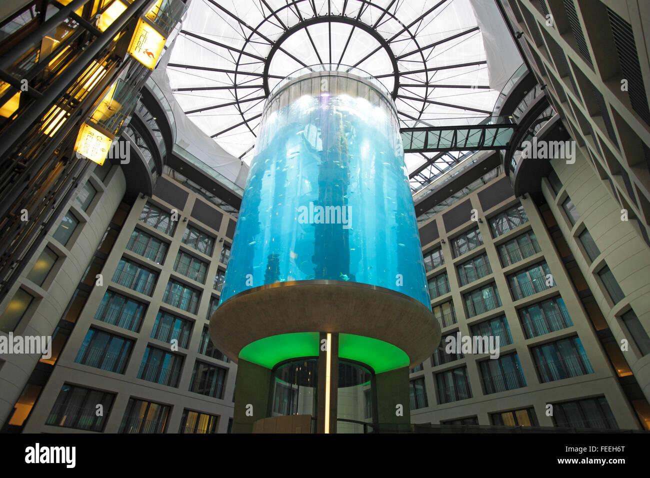 La AquaDom presso Radisson Blu Hotel, Berlin, Germania Immagini Stock