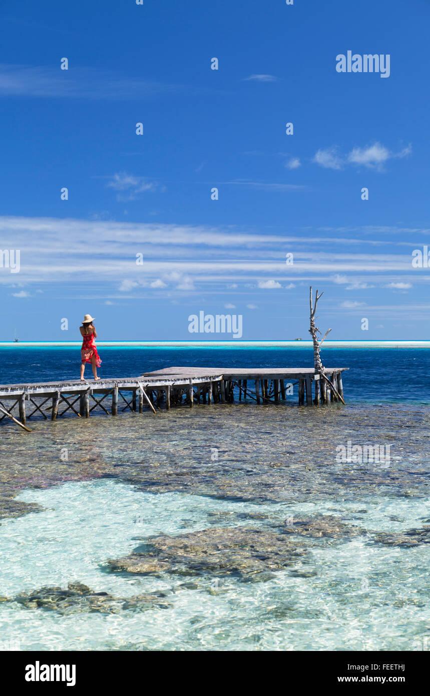Donna sul molo, Tetamanu, Fakarava, isole Tuamotu, Polinesia Francese Immagini Stock